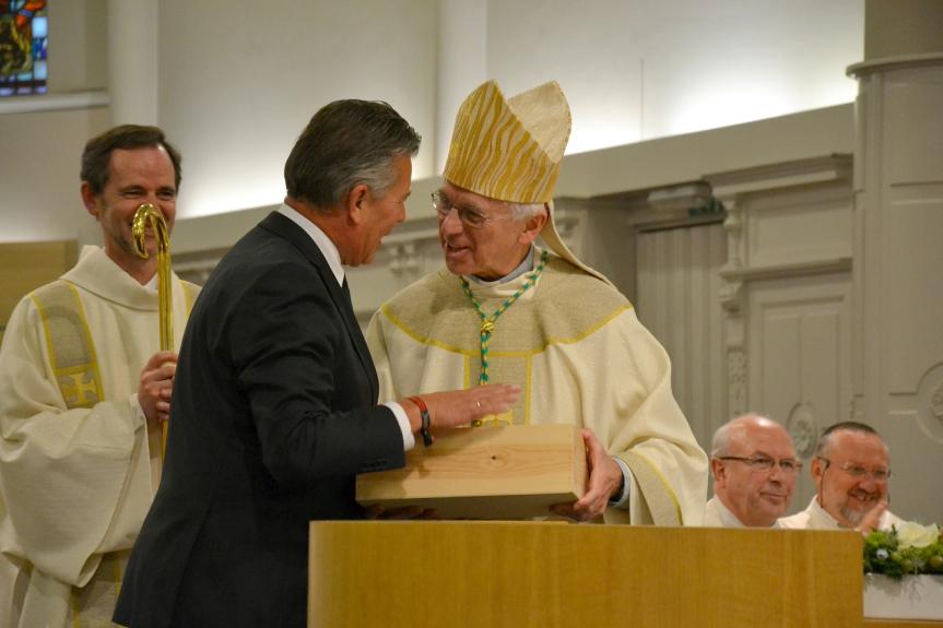 Grootmeester Eddy Lafaut schenkt Steenzel aan de bisschop van Brugge Jozef De Kesel