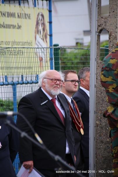 Wachten tijdens de herdenking naast Wilfried Dujardin , Leieslagcomité
